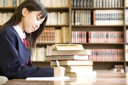 図書室で勉強する女子中学生